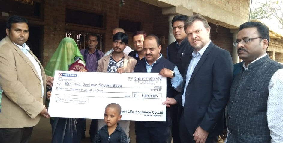 Casparus Kromhout (MD & CEO, Shriram Life Insurance) , (in center) Manoj Jain (MD, Shriram Life Insurance), Vipnesh Tiwari (Divisional Manager, Shriram Life Insurance) and other company officials handed over the claim settlement cheque and expressed their gratitude and support towards the family of Martyr soldier Shyam Babu, who served as a Jawan in CRPF (Photo@IndiaCSRNetwork)